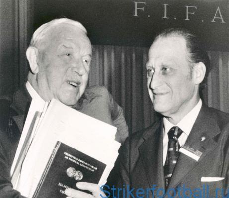 Бразилец Авеланж (справа) сменяет англичанина Роуза на посту президента ФИФА (1974 г.