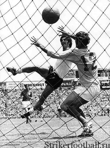 Демонстрируя свое удивительное голевое чутье, Герд Мюллер из сборной ФРГ с близкого расстояния вколачивает победный мяч в ворота Питера Бонетти.