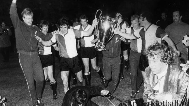 Игроки «Фейенорда» празднуют победу в Кубке европейских чемпионов, доказав тем самым, что «Аякс» не является единственным суперклубом в Голландии.
