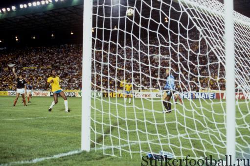 несмотря на робкие просьбы зафиксировать офсайд, Эдер мягко перебрасывает мяч через вратаря шотландцев Алана Роу, забивая третий мяч для своей команды.