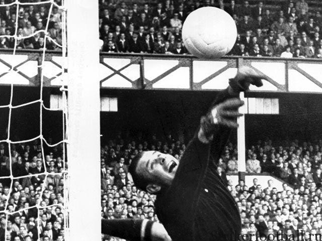 Лев Яшин был подлинным хозяином штрафной площади, играя за сборную СССР, и между 1954 и 1967 годом 84 раза защищал честь страны.