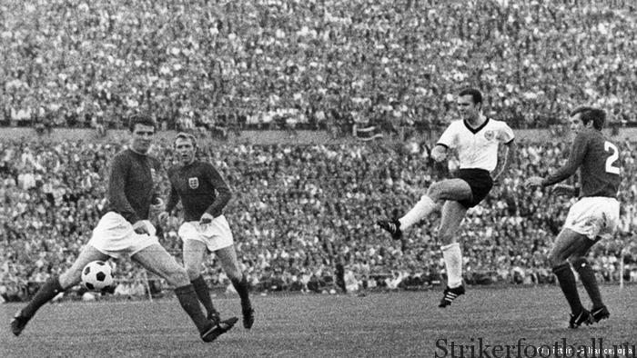 Три английских игрока не могут помешать Францу Беккенбауэру нанести удар, который принес Западной Германии первую в истории победу над сборной Англии.