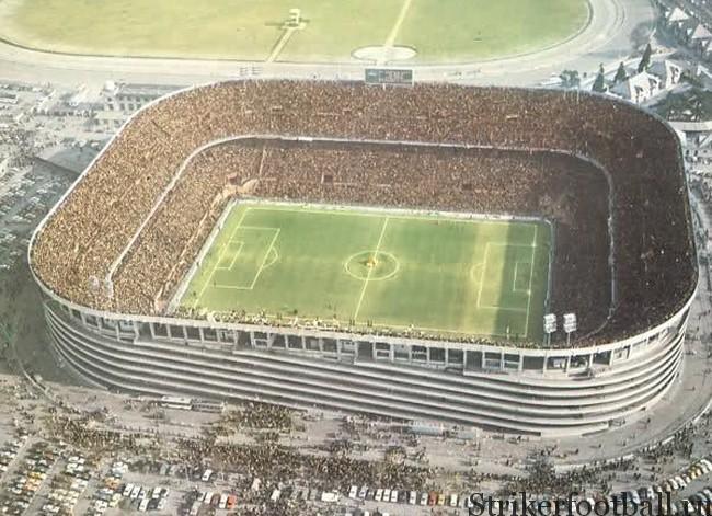 Миланский «Сан-Сиро», вместимостью в 90 000 зрителей, является не только ареной, вдохновляющей на подвиги, но и способной устрашить.