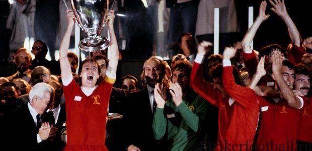 Капитан Фил Томпсон поднимает над головой Кубок европейских чемпионов — третий подряд! — памятным вечером на «Ларк-де-Пренс».