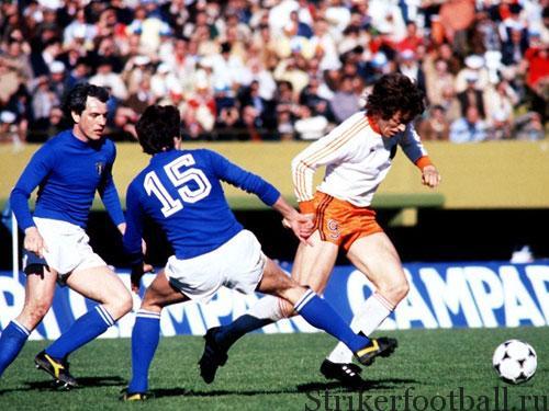 Голландец Арье Хаан уходит от двух итальянских защитников. Он принес победу своей команде, забив колоссальный гол с 36 метров.