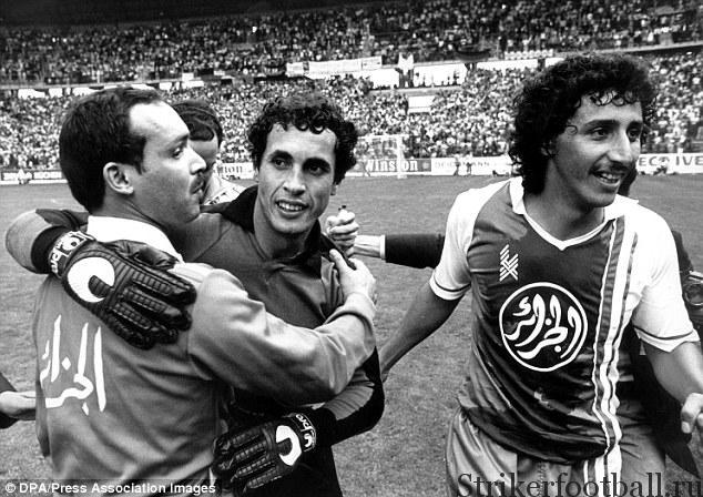 Тренер сборной Алжира Махиедиме Халеф и героический голкипер празднуют историческую для Северной Африки победу, повергшую футбольный мир в шок.