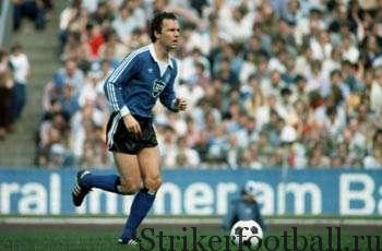 После тринадцати лет в красных цветах мюнхенском «Баварии» Беккенбауэр вернулся в Германию, чтобы играть в голубых цветах «Гамбурга», шокируя Бундеслигу.