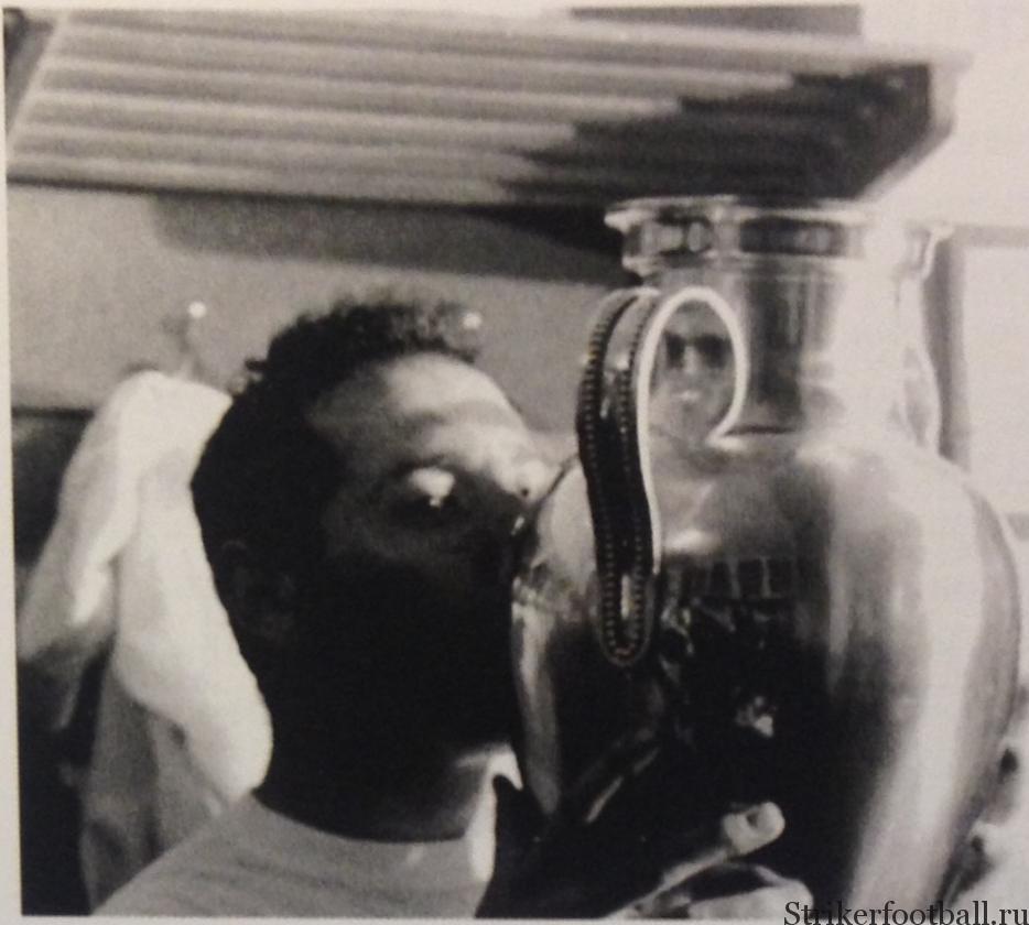 Капитан мадридского «Реала» Франсиско Хенто целует Кубок чемпионов, после того как его команда завоевала трофей в шестой раз. Следующий успех придет нескоро.