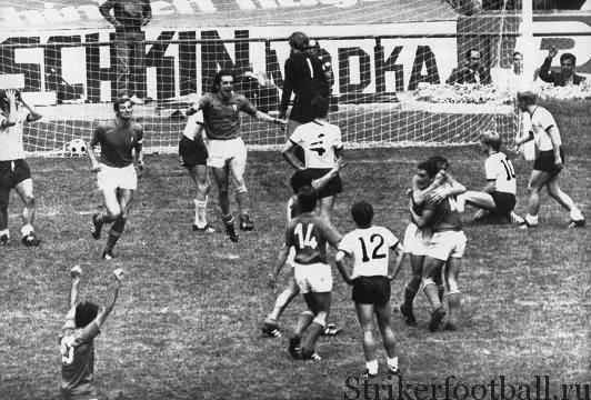 Итальянские игроки празднуют успех, после того как Джанни Ривера забил победный гол в ворота сборной ФРГ, защищаемые Зеппом Майером, — в матче-триллере, закончившемся со счетом 4:3.