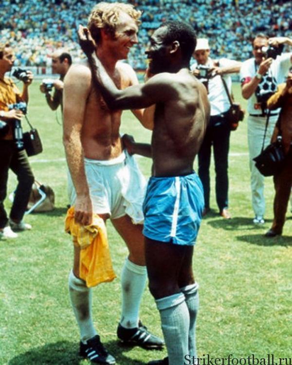 Фотография двух легенд футбола после жесткого противоборства на поле стала канонической для истории  Кубков мира