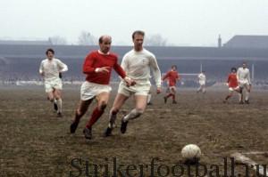 Братья Чарльтоны, играющие за разные команды. Бобби в красной мойке — за «Манчестер Юнайтед», Джек в белом — за «Лидс Юнайтед».