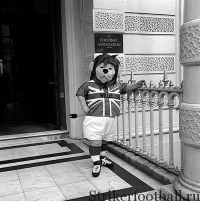 Будучи частью рекламной кампании Кубка мира, львенок Вилли позирует у дверей штаб-квартиры ФА в Лондоне.