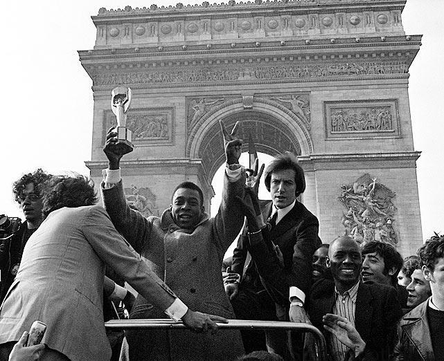 Пеле в Париже — участник показетального европейского турне представителей Бразилии, прежде чем Кубок Жюля Римэ вернулся в Южную Америку навсегда.
