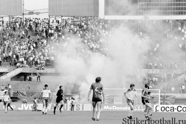 Облако слезоточивого газа поднимается над секторами, расположенными за воротами английской сборной, — это полиция пытается утихомирить хулиганствующих фанатов английской команды.