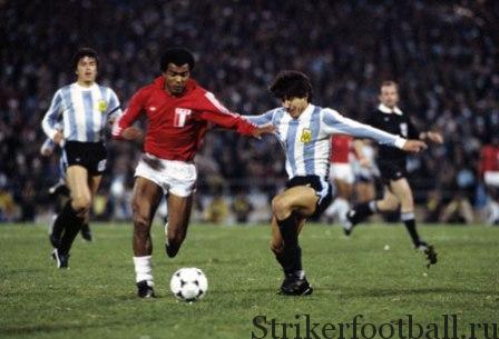 Теофило Кубилльяс из сборной Перу борется с защитником аргентинской сборной.