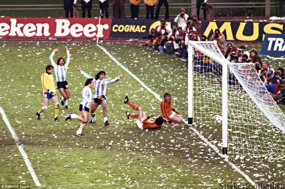 Аргентинцы Леопольде Луке, Даниэль Бертони и забивший гол Кемпес ликуют, когда второй мяч влетел в сетку ворот сборной Голландии