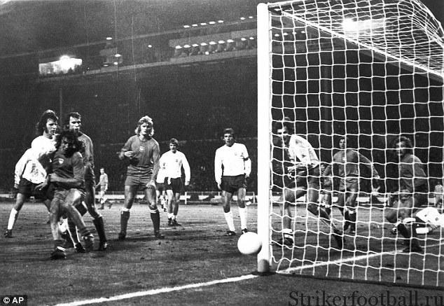 Мик Чэннон посылает мяч рядом со штангой но последних минутах матча против сборной Польши в 1973 г. — типичная картина для вечера разбитых надежд.