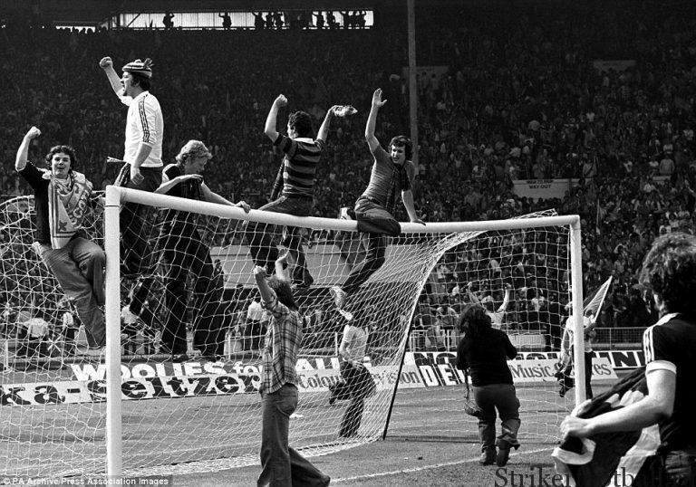 Исступленные шотландские фанаты взобрались на провисшую перекладину ворот, когда тысячи этих сумасшедших выбежали на поле после финального свистка, зафиксировавшего победу сборной Шотландии над сборной Англии.