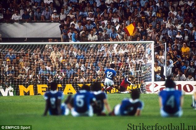 Французская команда наблюдает за тем, кок Жиресс реализует свой пенальти, разводя мяч и Харольда Шумахера в разныестороны.