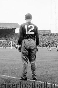 Запасной «Челси» Берт Мюррей стоит у кромки, наблюдая за матчем Английской футбольной лиги, в первый день действия нового правила, разрешающего замены.