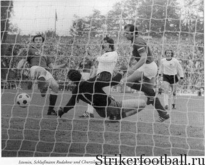 В типичном стиле «хищника» Мюллер вколачивает первый гол в ворота Евгения Рудакова.