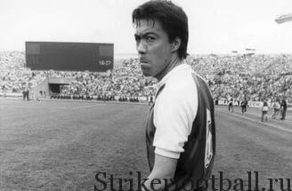 Ясухико Окудера выходит но поле в качестве игрока клуба «Кёльн». Его приметил тренер команды во время турне японской команды по Германии