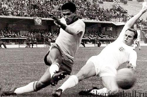 Левый защитник сборной Англии Рэй Вилсон порядочно намучился, пытаясь сдержать натиск Гарринчи.