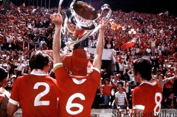 «Ливерпульцы» Фил Нил, Эмлин Хьюз и Джимми Кейз демонстрируют Кубок восхищенным фанатом после победы в финале со счетом 3:1