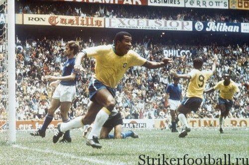 Жаирзиньо ликует - Бразилия выигрывает Кубок мира, а он обеспечил себе место в футбольной истории, ни разу не уйдя с поля без забитого мяча.