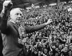 Только что ушедший в отставку Билл Шенкли приветствует фанатов перед матчем его уже бывшего клуба «Ливерпуля» с «Лидс Юнайтед» на кубок «Чэрити Шилд».