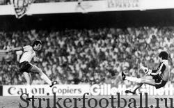 Армстронг бьет с ходу и вколачивает неберущийся мяч. Он провел два успешных сезона в испанской Лиге в «Реал» Мальорка.