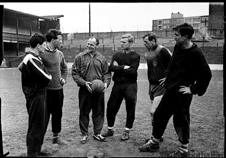Менеджер «Вест Хэма» Гринвуд беседует о тактике с новыми игроками команды — Малькольмом Мус Гроувом, Кеном Брауном, Бобби Муром, Джоном Диком и Джоном Бондом.