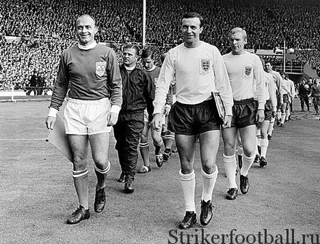 Стефано и Пушкаш выводят сборную мира — «ФИФА 11» — на поле. В сборной Англии первыми выходят Джимми Армфилд и Бобби Мур.