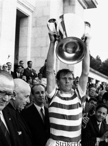 Капитан Билли Макнейл поднимает кубок над головой тем знаменитым вечером в Лиссабоне.