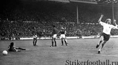 Чарльтон забивает победный мяч, выбивая тем самым из турнира португальскую сборную и бронируя сборной Англии место в финале.