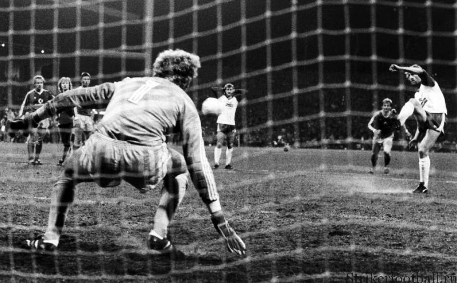 Кутцоп попадает в штангу ворот мюнхенской «Баварии», вратарь которой Жан-Мари Пфафф лишь провожает мяч взглядом. Это был единственный пенальти, который Кутцоп смазал за всю историю своих выступлений в Бундеслиге.