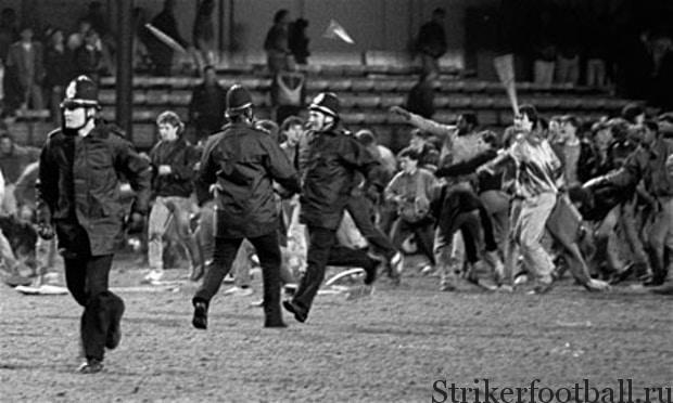 Бои на футбольном поле между фанатами и полицией стали делом обыденным для английского футбола в 1980-х.