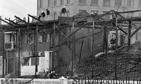 Дым все еще поднимается над тем, что осталось от западной трибуны на стадионе «Вэлли Парад».