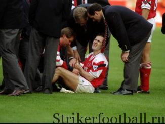 Через несколько мгновений после самого важного гола в своей карьере лицо Морроу искажает гримаса боли, когда ему пытаются помочь прямо но газоне «Уэмбли».