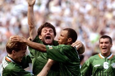 Автора ирландского гола полузащитника Рэя Хафтона, отправившего мяч «за шиворот» вратарю итальянцев, поздравляют его товарищи по команде Стив Стонтон и Терри Фелан.
