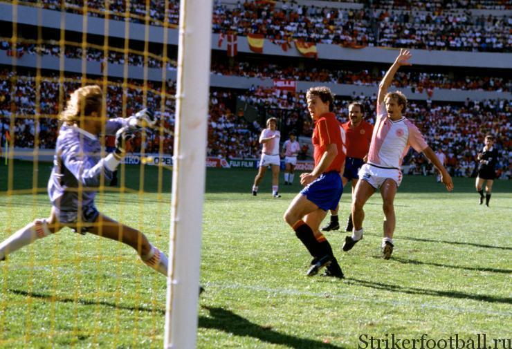 """Человек-гол Эмилио Бутрогеньо по прозвищу """"стервятник"""" избегает офсайдной ловушки и забивает свой очередной гол, увеличивая разрыв в счете."""
