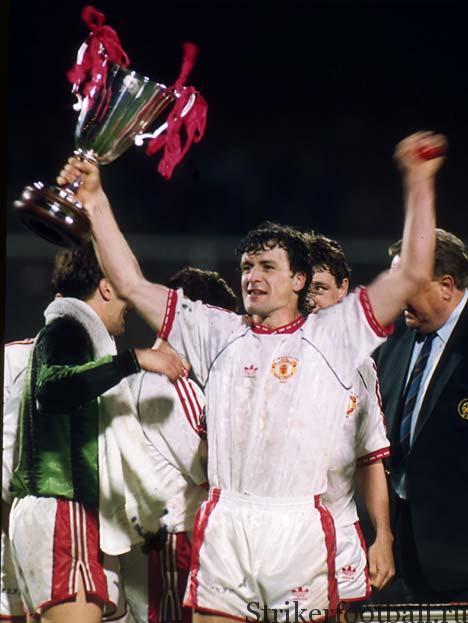 Марк Хьюз из «Юнайтед» с Кубком обладателей кубков в руке ликует — ему удалось обыграть своих прежних товарищей по команде.