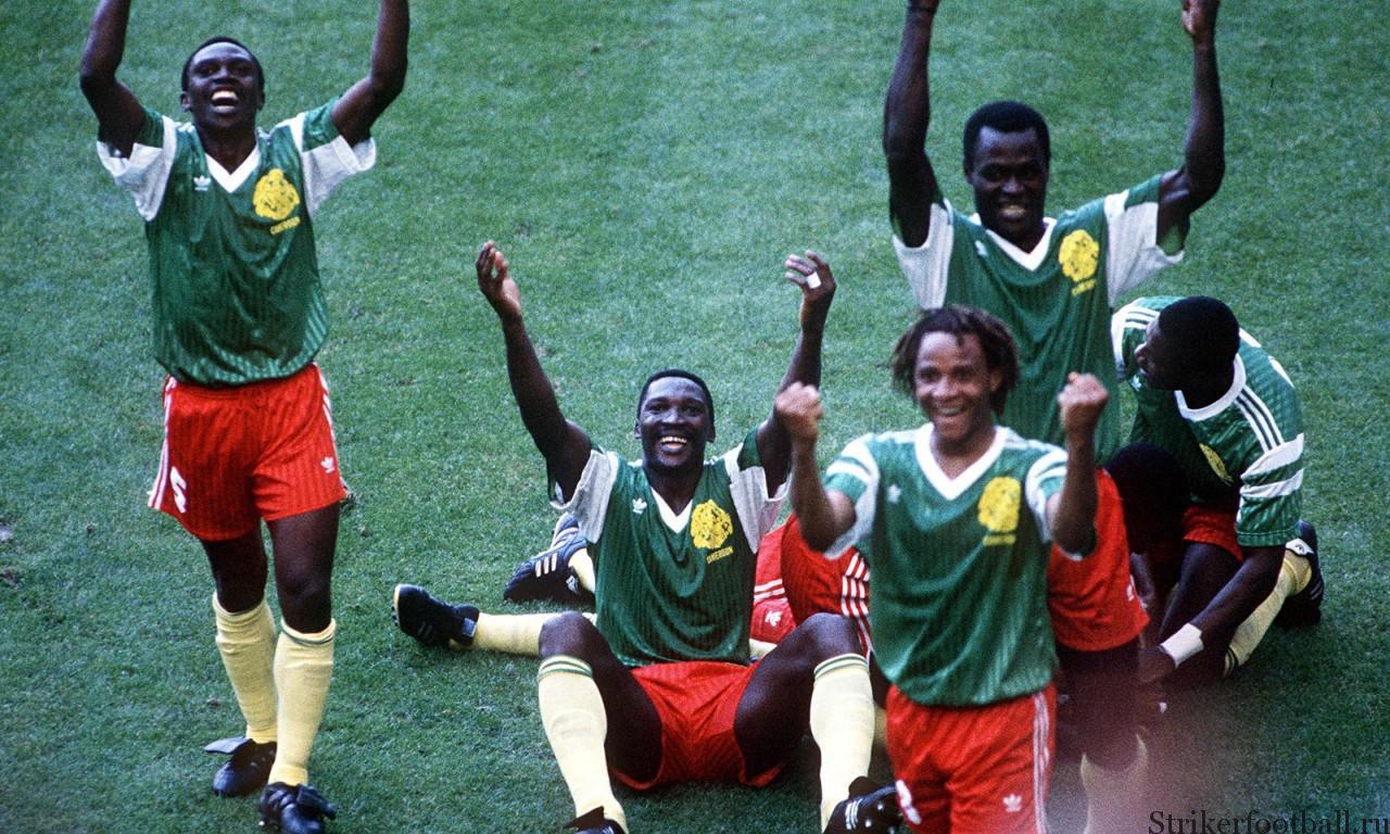 Камерун празднует свою невероятную победу над Аргентиной в матче группового этапа, проходившем в Милане.