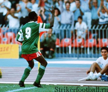 Колумбиец Андрес Эскобар сталкивается со своим вратарем Игитой, показывавшим очень оригинальную игру, о звезда сборной Камеруна нападающий Роже Милла демонстрирует свой стиль празднования — одно из самых ярких картинок Италии-90-