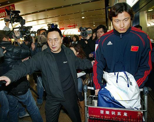"""Гао Линь, один из семи членов китайской олимпийской комоды, который был выслан домой после драки, возникшей в матче против """"Куинз Парк Рейнджерс"""""""