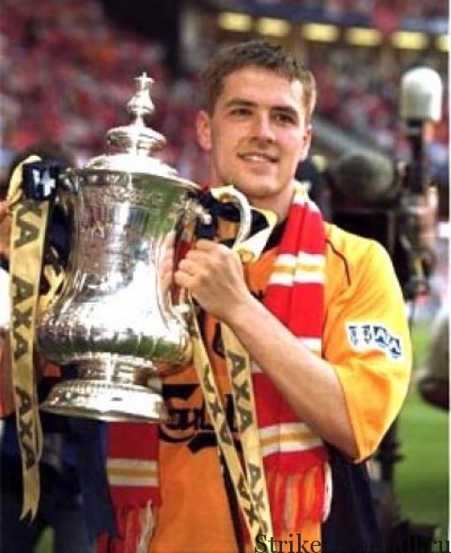 Нападающий «Ливерпуля» Майкл Оуэн с гордостью демонстрирует Кубок ФА ставший одним из трех трофеев «Красных» в сезоне 2000-01.
