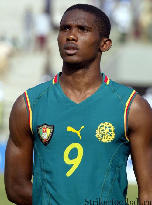 Самуэль Это'о, самый известный камерунский игрок, представляет футболку без рукавов, смоделированную для «Неукротимых львов», которая не устроила ФИФА.
